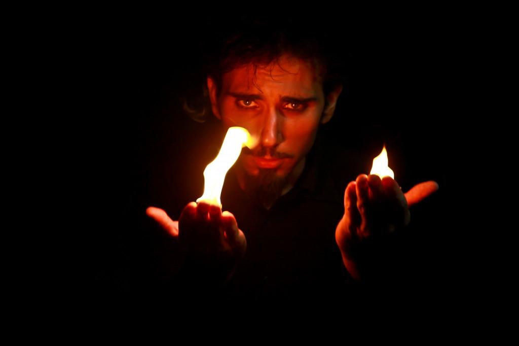 Magicien Marseille Kamika manipule du feu entre ses mains.