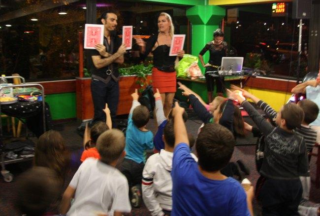 Le magicien anniversaire pour enfants à marseille organise une animation arbre de noel en paca. Le spectacle de magie spectacle pour comités d'entreprise, ce et mairies commence.