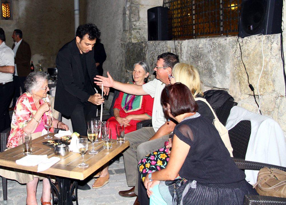 Un tour de magie de corde: le close up à Marseille avec magicien à domicile paca pour feter son anniversaire ou mariage.