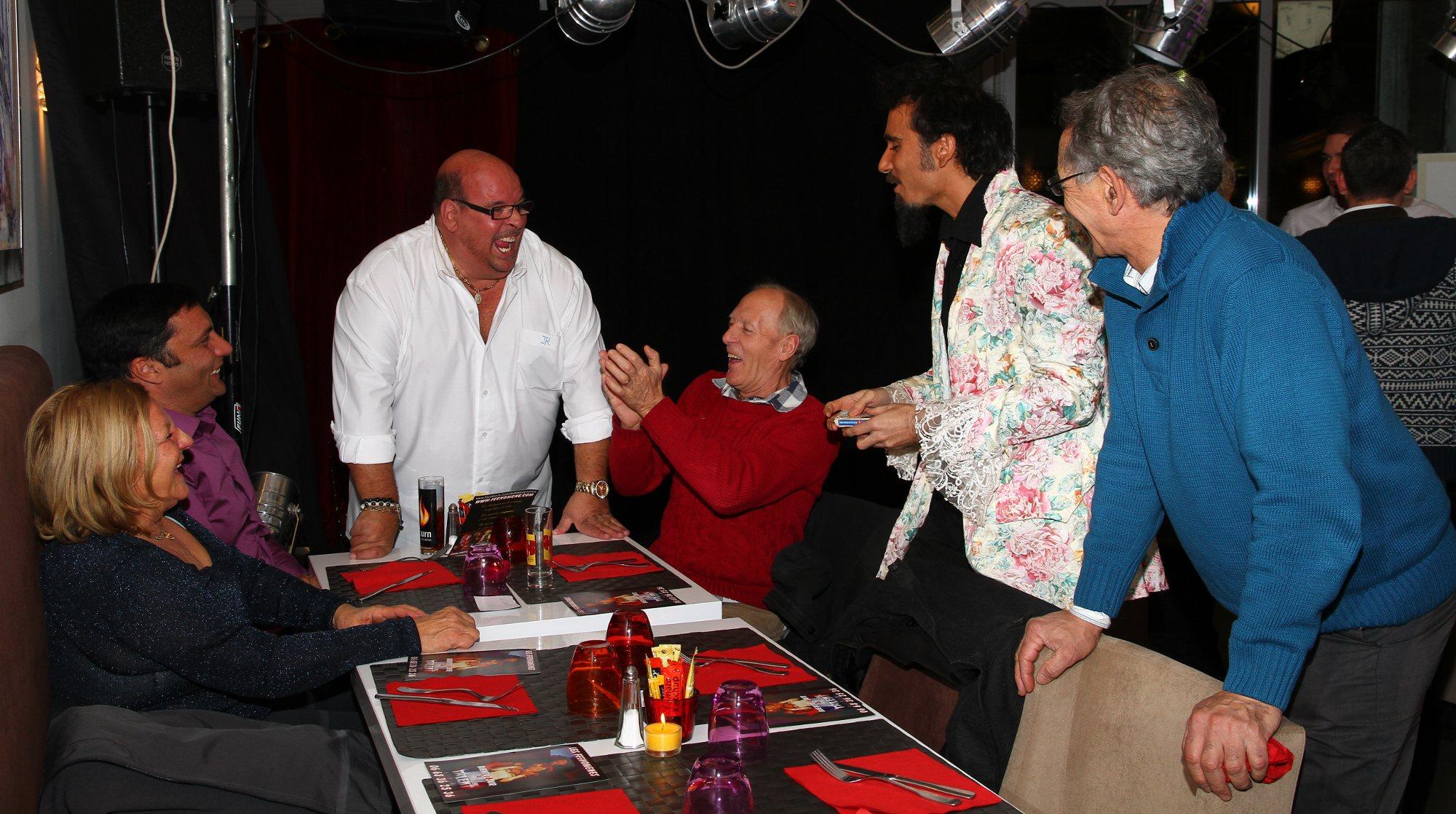 Le magicien a domicile fait du close up d'aix à Marseille pour une anniversaire, mariage, mairie, entreprise.