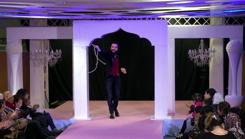 Le magicien mariage fait le spectacle et l'animation avec un tour de corde.