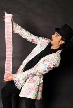 Un tour de carte pour une animation mariage à marseille, aix, bouches du rhone sera spectaculaire. Le magicien anime la réception du mariage.